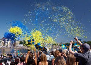 schwedischer Nationalfeiertag Feier blau gelb Menschen
