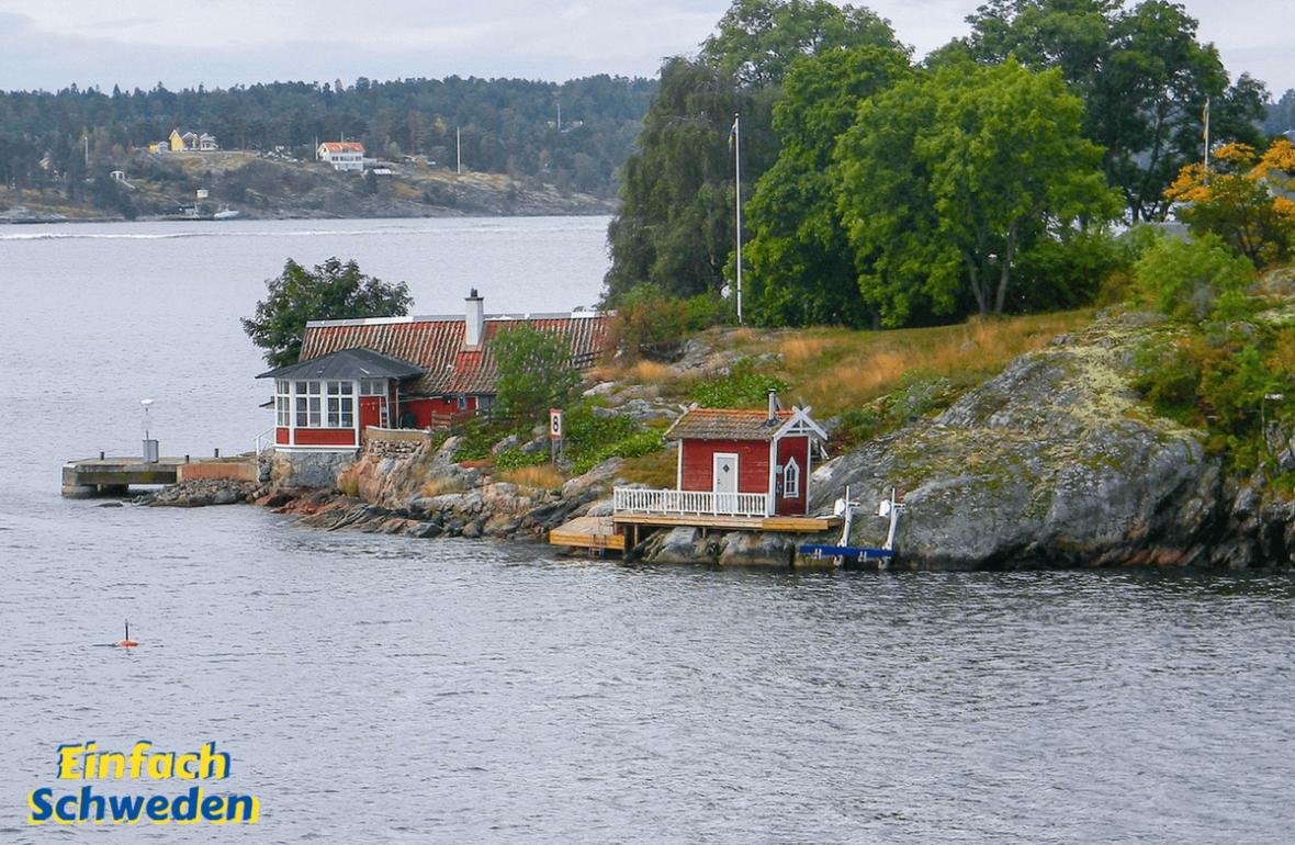 Fettnäpfchen in Schweden Wasser rote Häuser Insel Bäume