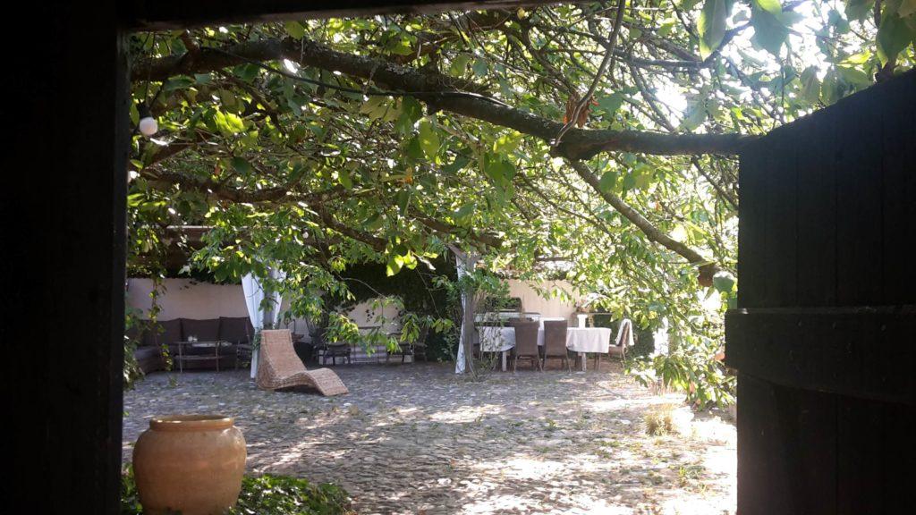 Bed & Breakfast Rubensholm, Schweden Fachwerk Innenhof Sommer Sitzecke
