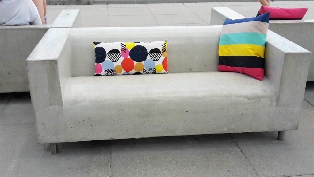 IKEA Museum Älmhult Schweden Sverige Sweden Couch Sofa Stein Kissen bunt
