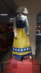 IKEA Museum schwedische Tracht blau gelb