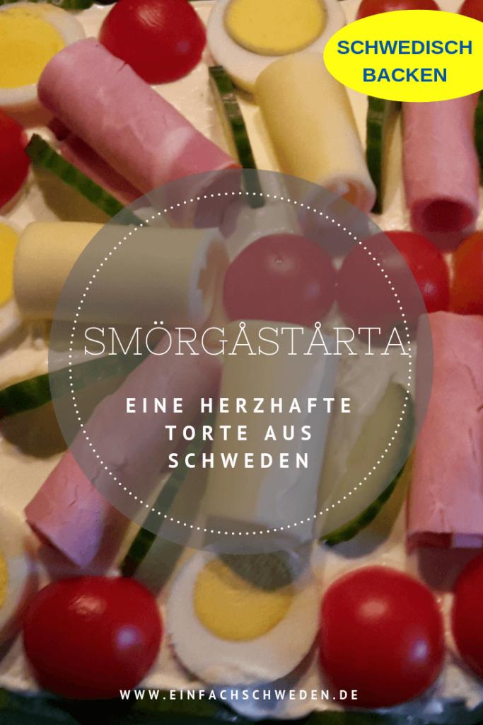 Zu schwedischen Festlichkeiten werden sehr oft nicht nur süße, sondern auch gerne eine herzhafte Torte gereicht. Und diese Smörgåstårta ist immer ein Höhepunkt. Denn diese Sandwichtorte ist wirklich für jeden etwas, denn sie kann in verschiedenen Geschmackssorten hergestellt werden. #einfachschweden #smörgåstårta #schweden #kulinarischesschweden #leckeresschweden