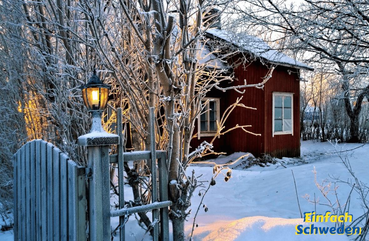 Julbord Schweden Weihnachtsstimmung Schnee rotes Haus