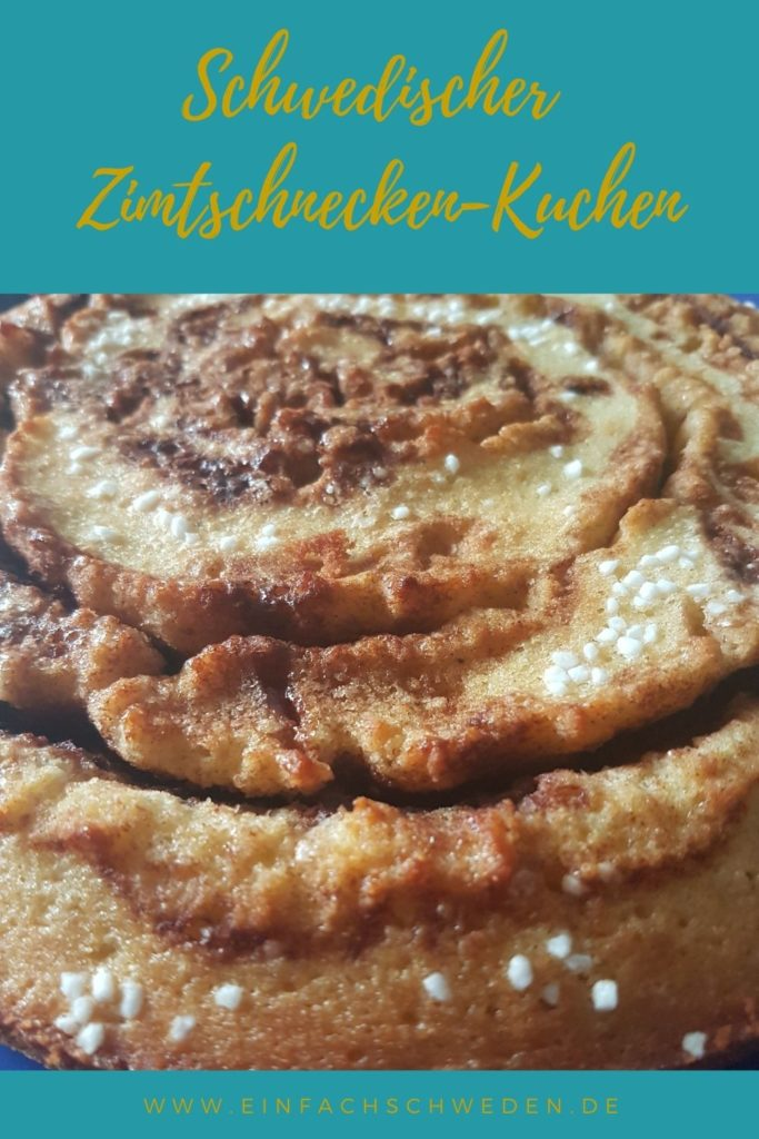 Soll es einmal eine Alternative zur klassischen Zimtschnecke sein, dann ist dieser Zimtschnecken-Kuchen genau das richtige. Ein schwedischer Kladdkaka, der nach Zimt und Kardamom schmeckt und super einfach zu backen ist. #einfachschweden #zimtschnecke #kanelbulle #kladdkaka